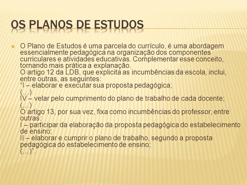 O Plano de Estudos é uma parcela do currículo, é uma abordagem essencialmente pedagógica na organização dos componentes curriculares e atividades educativas.