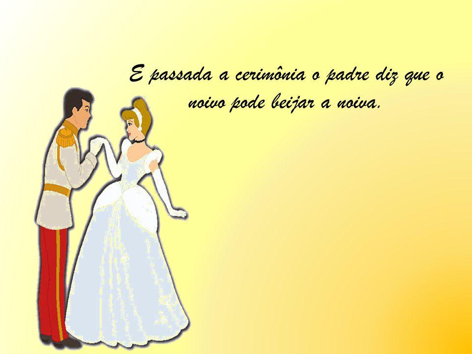 E passada a cerimônia o padre diz que o noivo pode beijar a noiva.