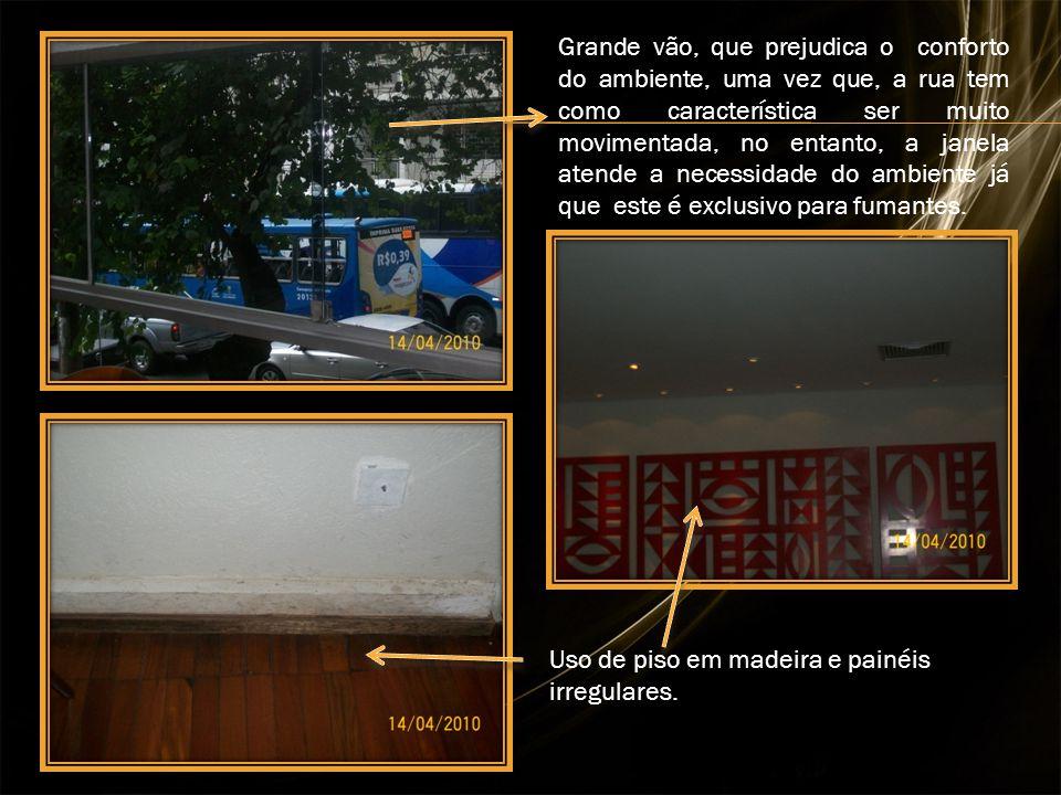 Uso de piso em madeira e painéis irregulares. Grande vão, que prejudica o conforto do ambiente, uma vez que, a rua tem como característica ser muito m