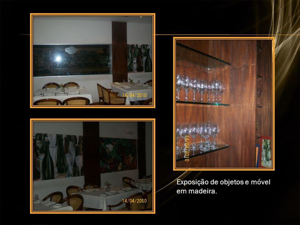 Exposição de objetos e móvel em madeira.