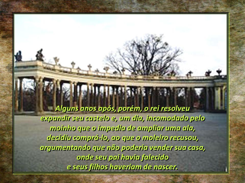O rei escolheu a encosta de uma colina, onde já se elevava um moinho de vento, o Moinho de Sans-Souci, e resolveu chamar seu palácio do mesmo modo (Sa