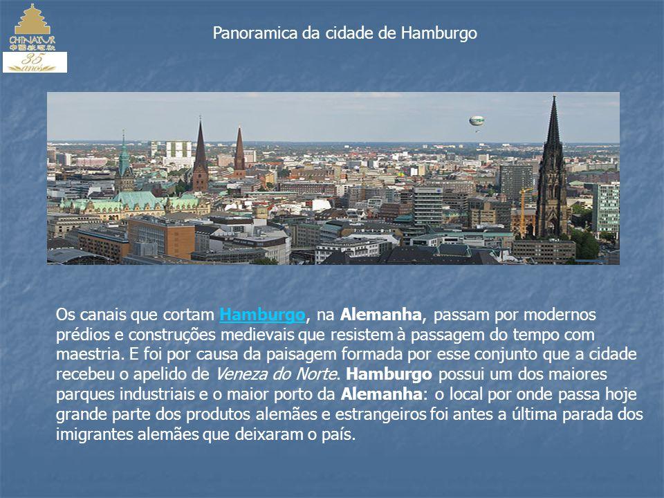 O Holiday Inn Hamburg 4 estrelas situa-se no distrito de Hamburg Mitte e disponibiliza aos seus hóspedes estância termal, massagem e piscina interior bem como um restaurante no local que serve cozinha internacional.