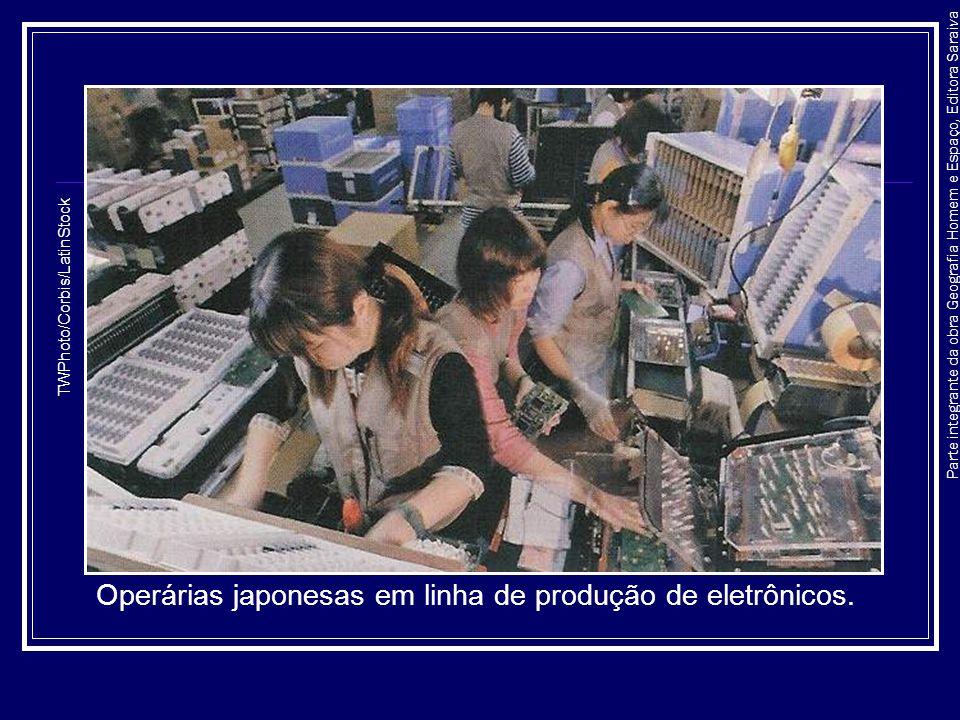 Parte integrante da obra Geografia Homem e Espaço, Editora Saraiva Operárias japonesas em linha de produção de eletrônicos. TWPhoto/Corbis/LatinStock