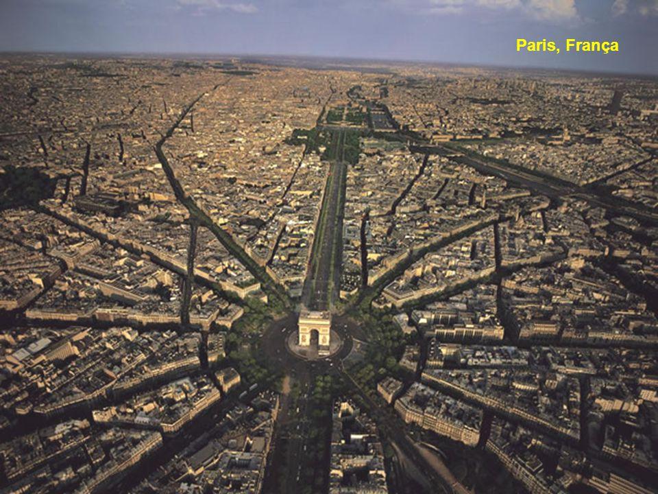 Yann Arthus-Bertrand (nascido em 13 de março de 1946, em Paris) é um fotógrafo francês, jornalista, repórter e ambientalista. Foi o fundador da Agênci