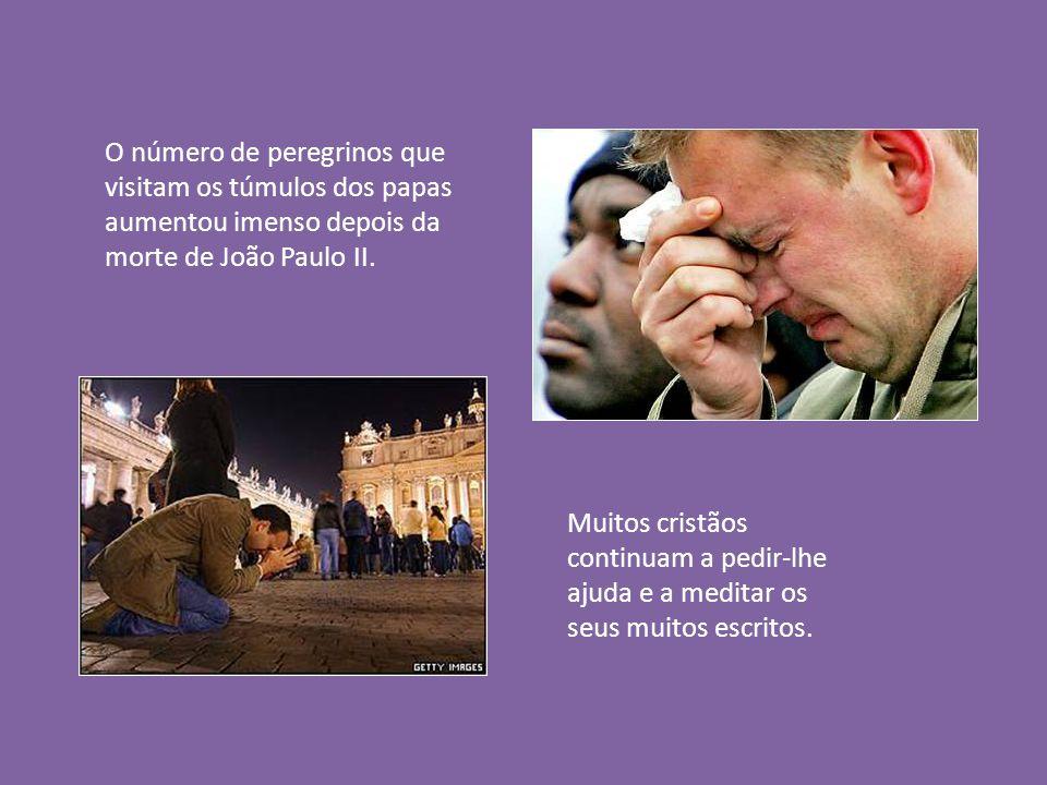 O número de peregrinos que visitam os túmulos dos papas aumentou imenso depois da morte de João Paulo II.