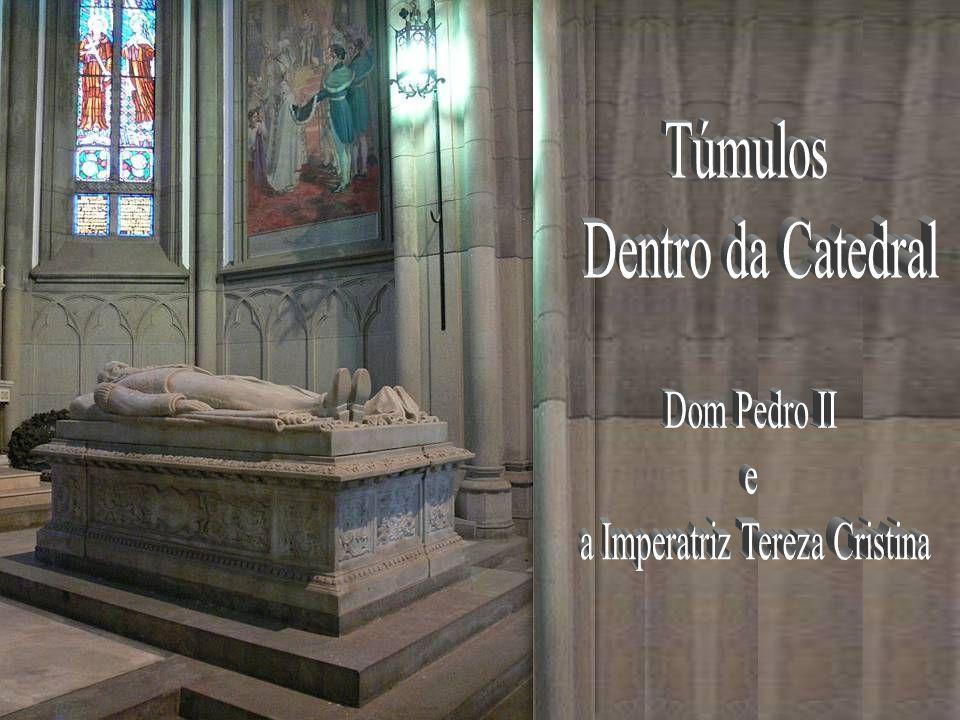 Vitrais da Catedral Em 1920 foi anulado o decreto que bania a Família Imperial do Brasil, e já em 1921 os restos de D.Pedro II e Tereza Cristina foram trazidos de Lisboa para o Rio de Janeiro, onde foram alojados na Catedral Metropolitana.