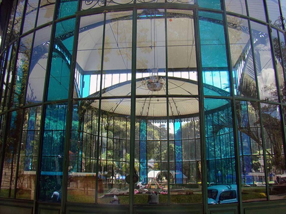 Lustre do Palácio de Cristal Em 1938 o palácio foi coberto por folhas de flandres e tijolos para abrigar o Museu Histórico de Petrópolis, que mais tar
