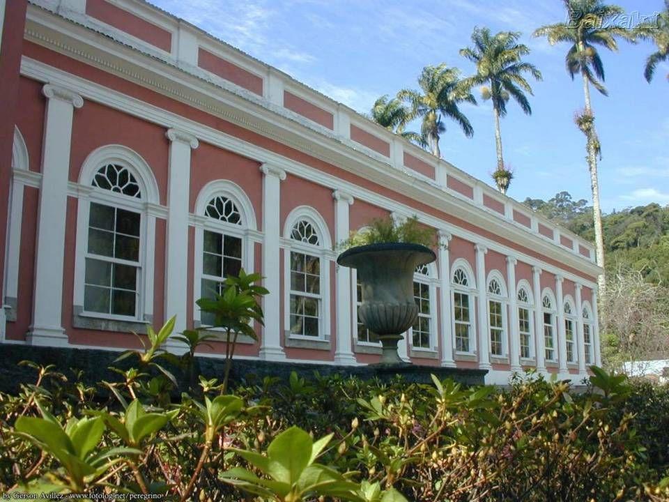 É no antigo Palácio de Verão de Dom Pedro II.