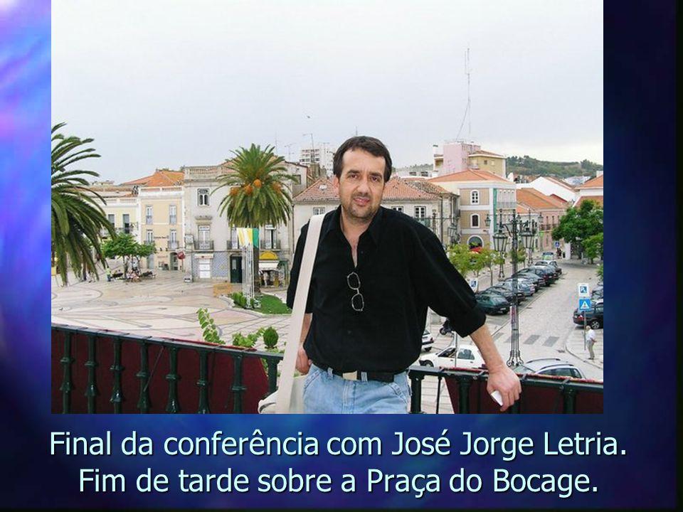 Flâmulas brasileiras ao redor da estátua de Bocage.Vista da sacada dos