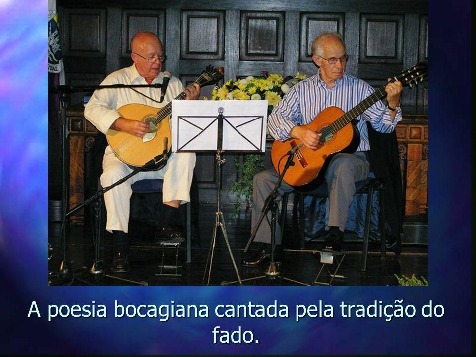 Emoção: o pianista toca Aquarela Brasileira de Ary Barroso.