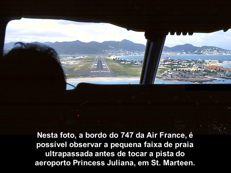 Nesta foto, a bordo do 747 da Air France, é possível observar a pequena faixa de praia ultrapassada antes de tocar a pista do aeroporto Princess Julia