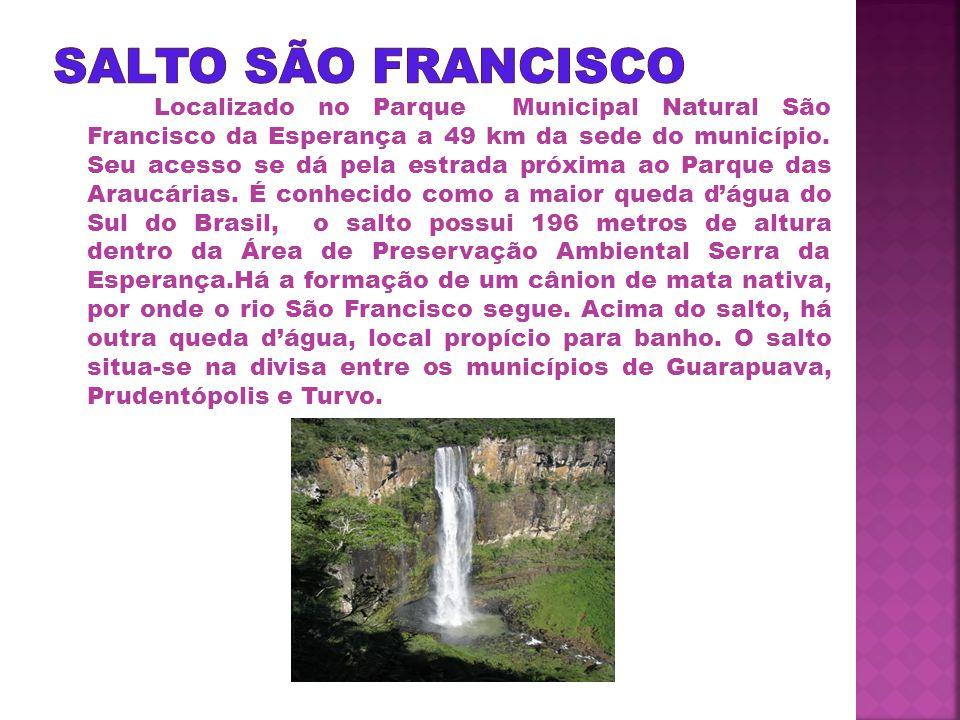 Localizado no Parque Municipal Natural São Francisco da Esperança a 49 km da sede do município.