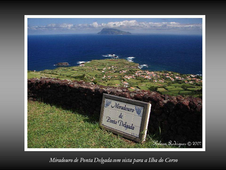 Miradouro de Ponta Delgada com vista para a Ilha do Corvo