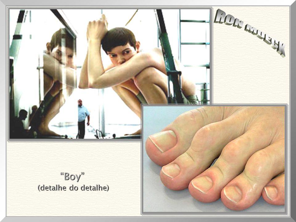 """Dos mais impressionantes detalhes, notando-se as unhas (perfeitas), manchas, veias, pele e rugas. """"Boy"""", """"Boy"""", 1999 Medidas da escultura: 4,90m x 4,9"""