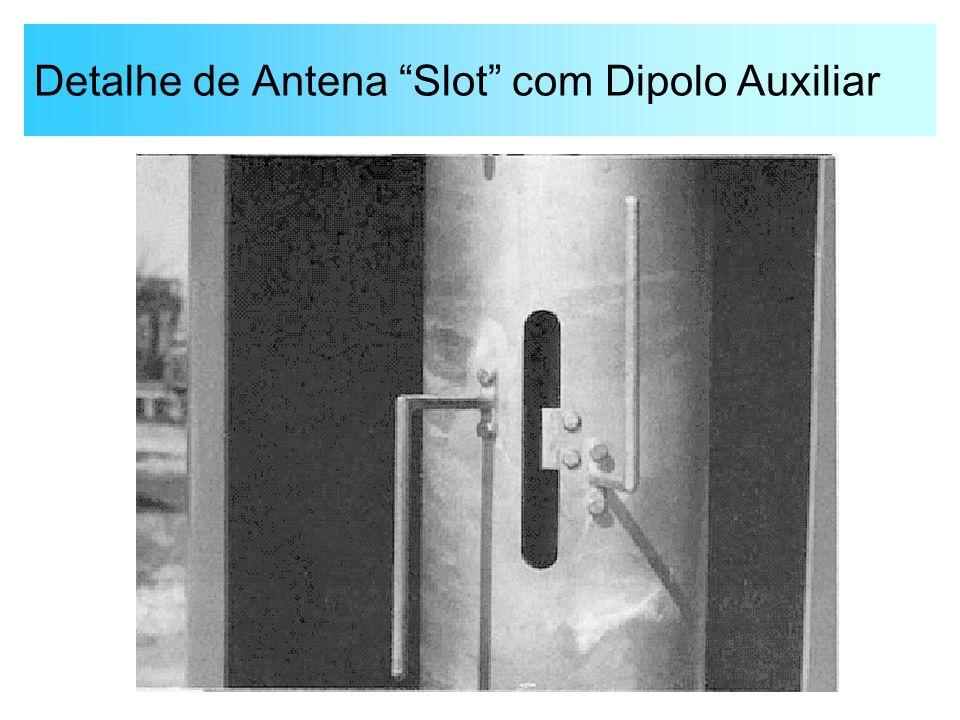 """Detalhe de Antena """"Slot"""" com Dipolo Auxiliar"""
