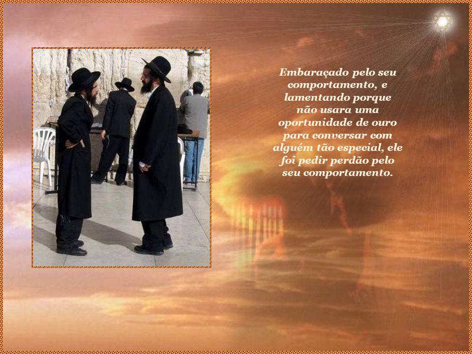 Quando chegaram, notou que na plataforma da estação havia uma multidão enorme, esperando aquele que era um dos mais sábios e santos rabinos europeus.