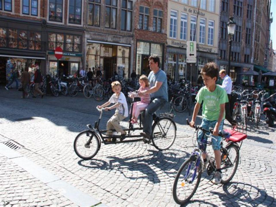 A bicicleta é um dos principais meios de transporte local (estacionamento público) 31