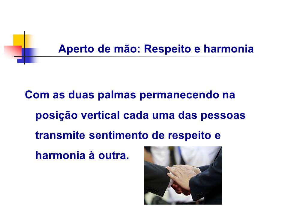 Aperto de mão: Respeito e harmonia Com as duas palmas permanecendo na posição vertical cada uma das pessoas transmite sentimento de respeito e harmoni