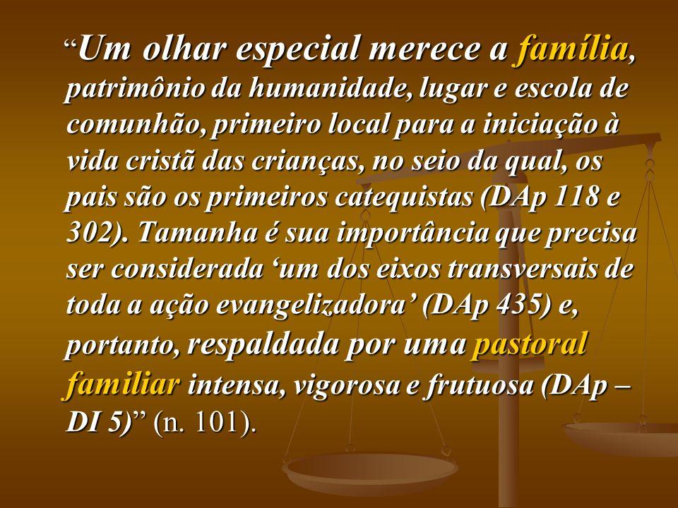 """"""" Um olhar especial merece a família, patrimônio da humanidade, lugar e escola de comunhão, primeiro local para a iniciação à vida cristã das crianças"""