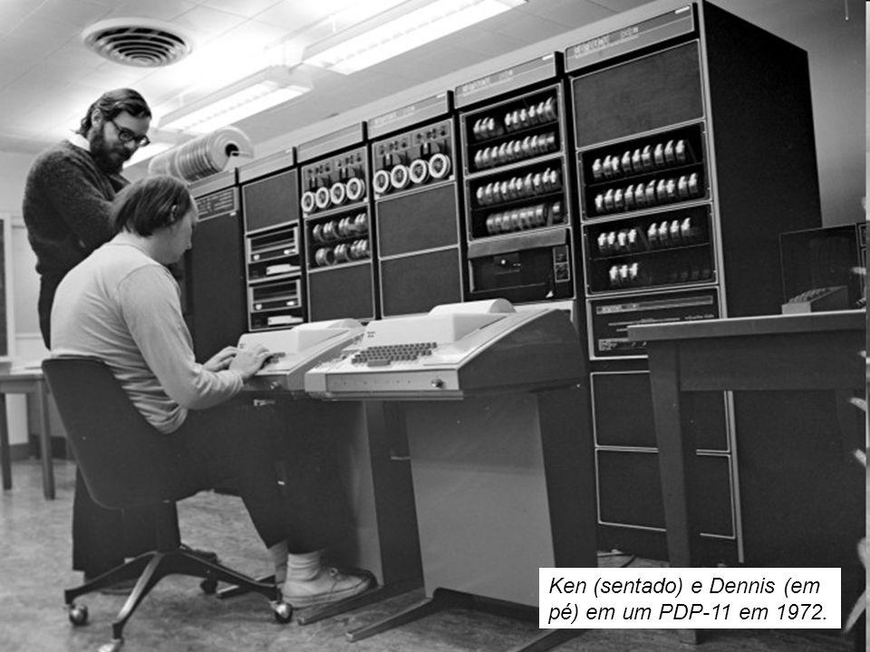 Ken (sentado) e Dennis (em pé) em um PDP-11 em 1972.