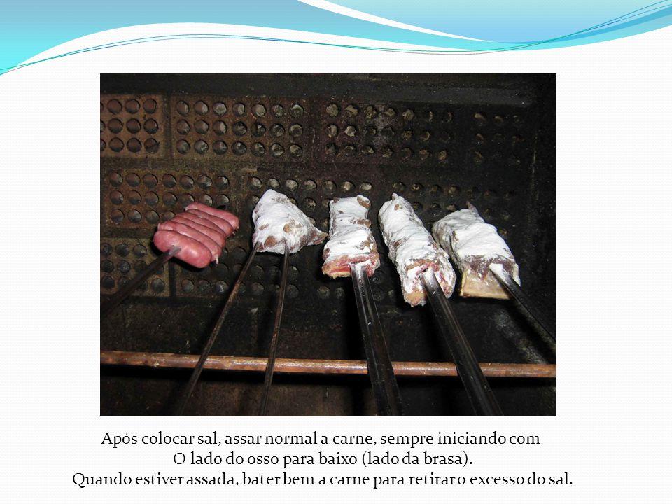 Após colocar sal, assar normal a carne, sempre iniciando com O lado do osso para baixo (lado da brasa). Quando estiver assada, bater bem a carne para