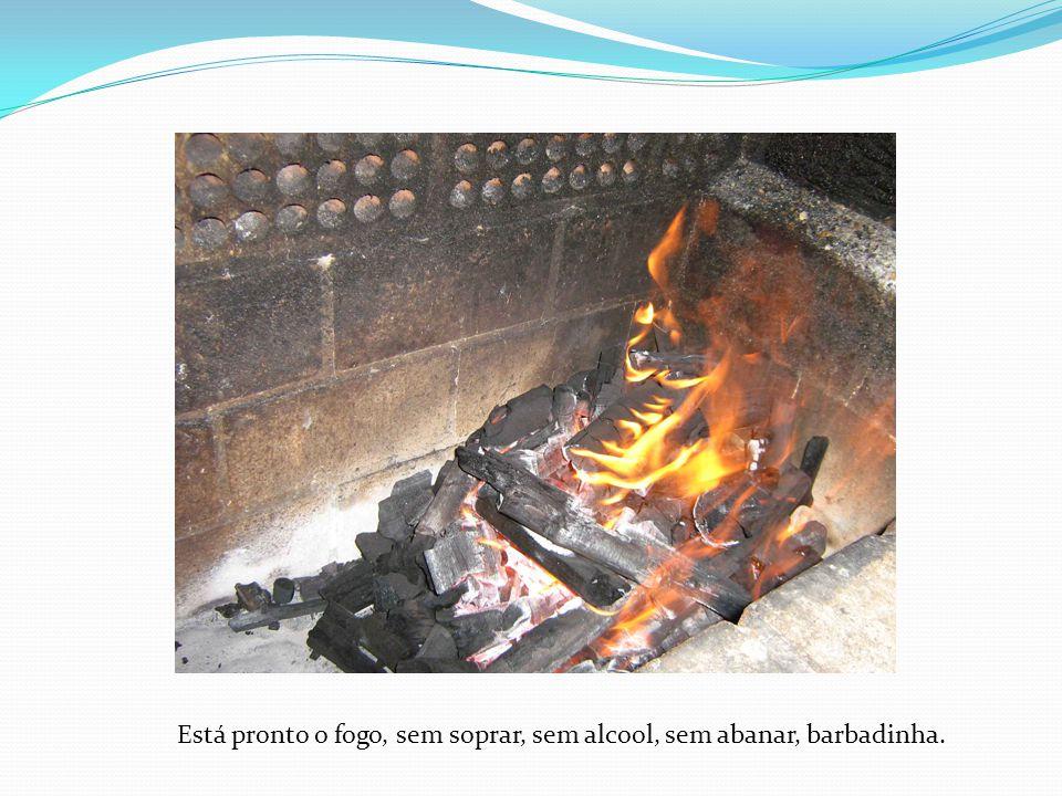 Espetar a carne e colocar para aquecer, sendo que o lado do osso deve ficar para o lado de baixo sempre.
