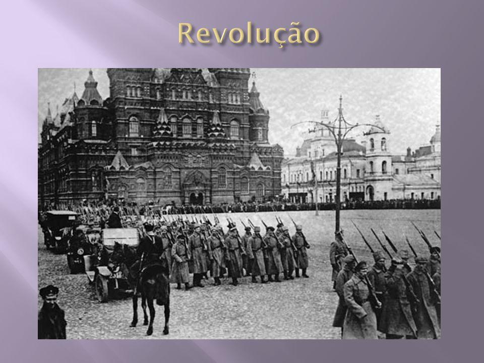  URSS se tornou um Estado Totalitário;  Dirigido por uma burocracia denominada nomenclatura;  Impôs um rigoroso controle sobre todos os setores da sociedade;  Economia – altos custos de produção, desperdícios e baixa qualidade de produtos;  1953 – morte de Stálin