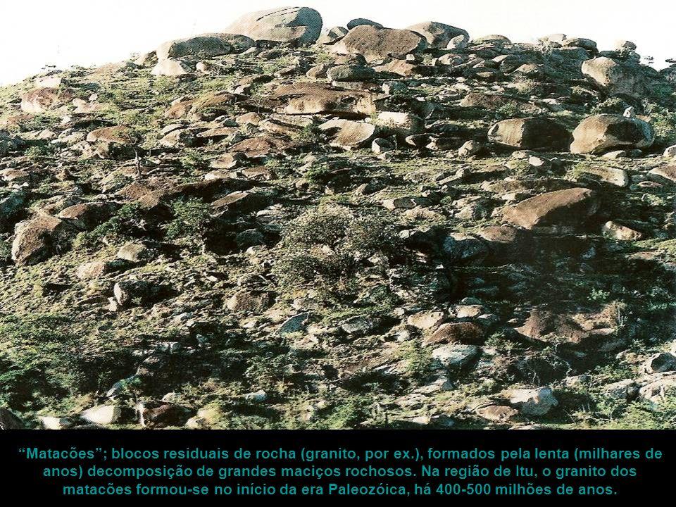 """""""Matacões""""; blocos residuais de rocha (granito, por ex.), formados pela lenta (milhares de anos) decomposição de grandes maciços rochosos. Na região d"""