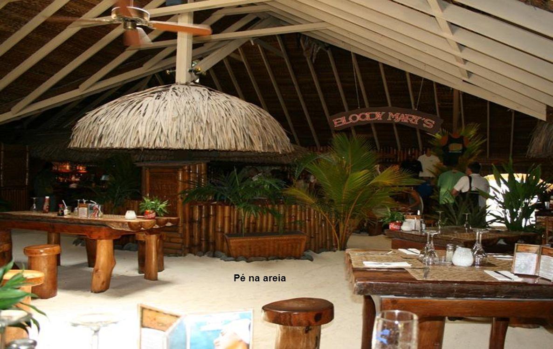 Há barcos de transporte, dia e noite, para os restaurantes da ilha, que fecham às 23:00h.