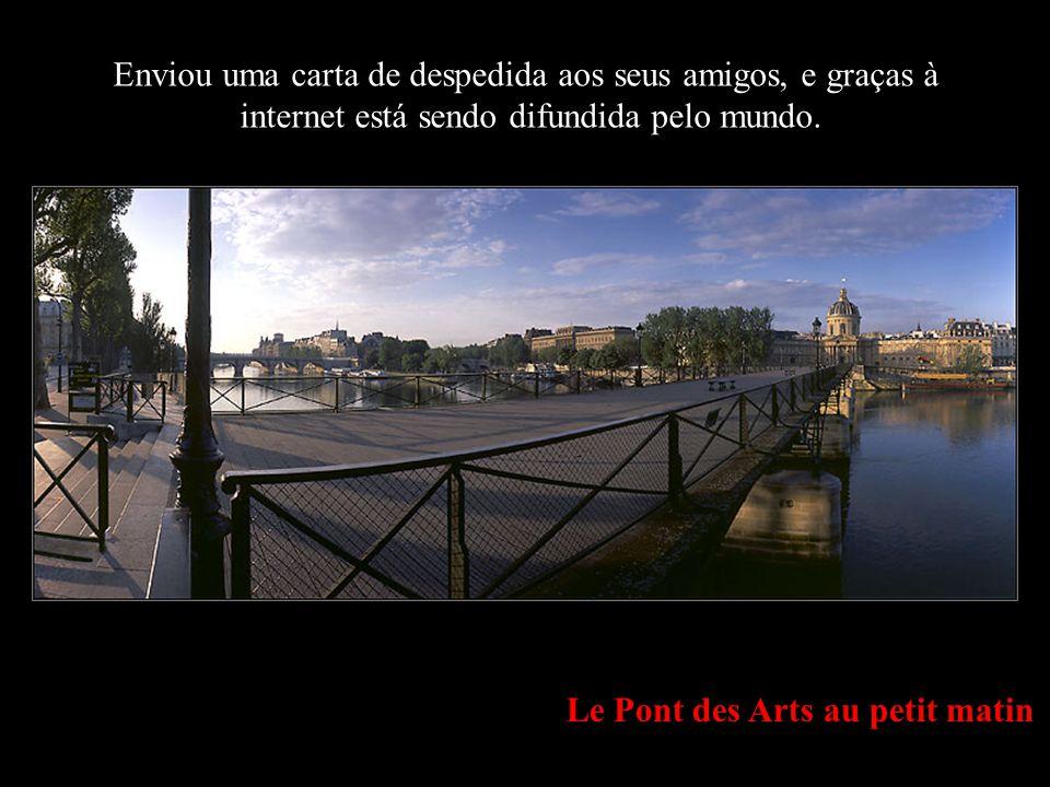 Le Pont des Arts au petit matin Enviou uma carta de despedida aos seus amigos, e graças à internet está sendo difundida pelo mundo.