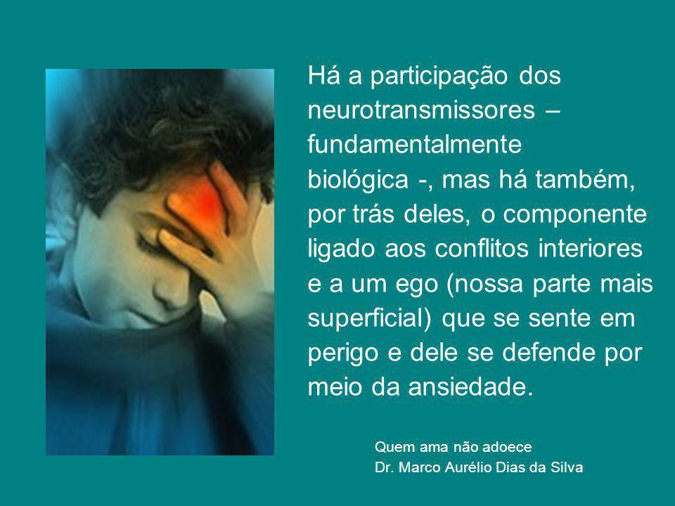Há a participação dos neurotransmissores – fundamentalmente biológica -, mas há também, por trás deles, o componente ligado aos conflitos interiores e a um ego (nossa parte mais superficial) que se sente em perigo e dele se defende por meio da ansiedade.