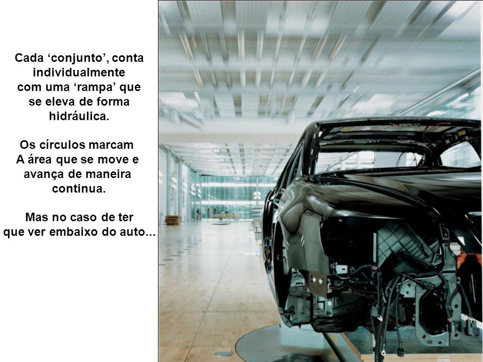 Os técnicos de montagem entram praticamente na carroceria do auto.