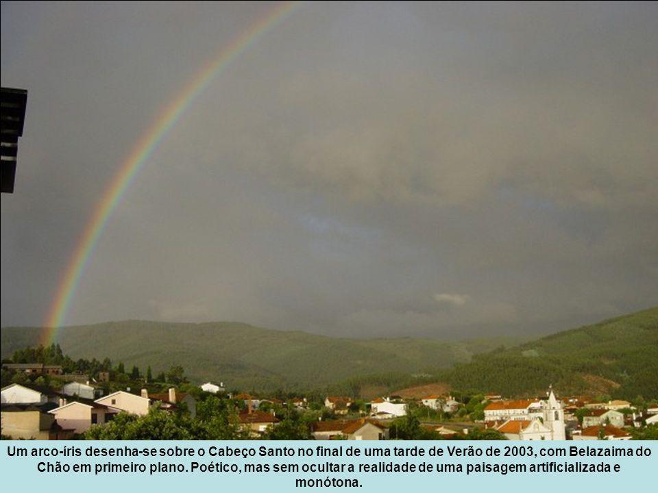 Um arco-íris desenha-se sobre o Cabeço Santo no final de uma tarde de Verão de 2003, com Belazaima do Chão em primeiro plano.