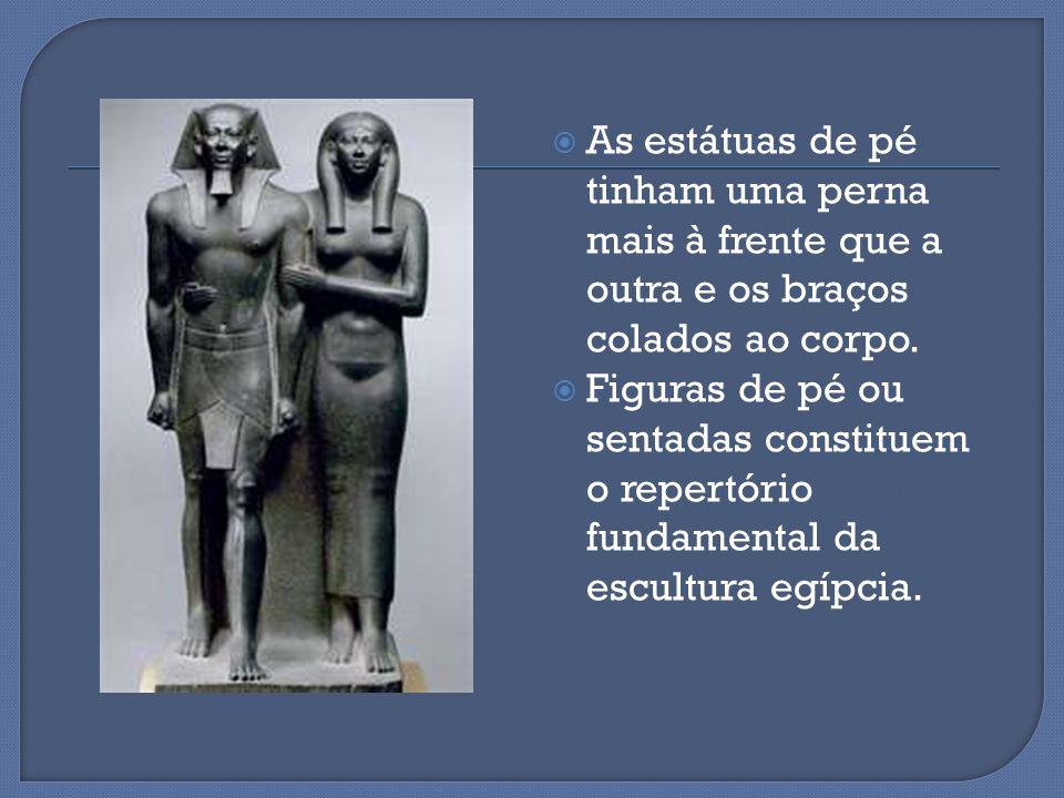  As estátuas de pé tinham uma perna mais à frente que a outra e os braços colados ao corpo.  Figuras de pé ou sentadas constituem o repertório funda