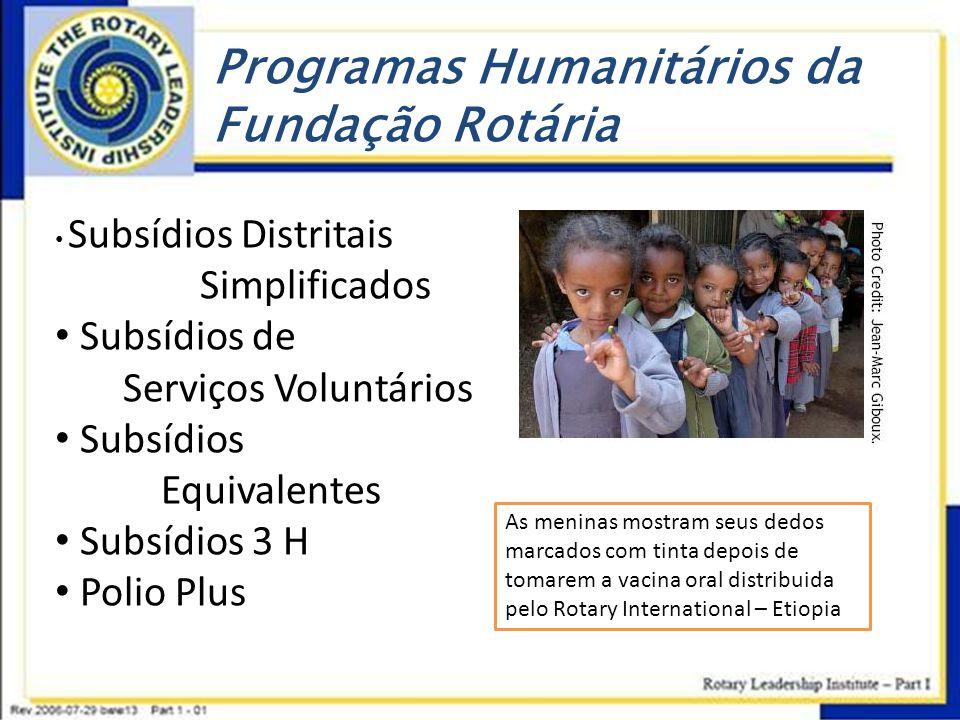 Programas Humanitários da Fundação Rotária As meninas mostram seus dedos marcados com tinta depois de tomarem a vacina oral distribuida pelo Rotary In