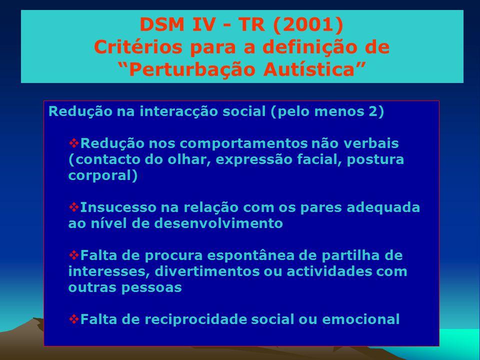 Redução na interacção social (pelo menos 2)  Redução nos comportamentos não verbais (contacto do olhar, expressão facial, postura corporal)  Insuces