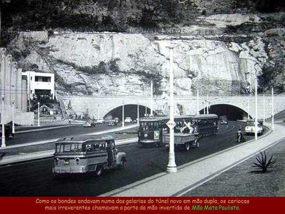 Bonde Bataclã, com reboque bataclã, na entrada do Túnel Novo, em Copacabana. Fonte: site www.bondesrio.com