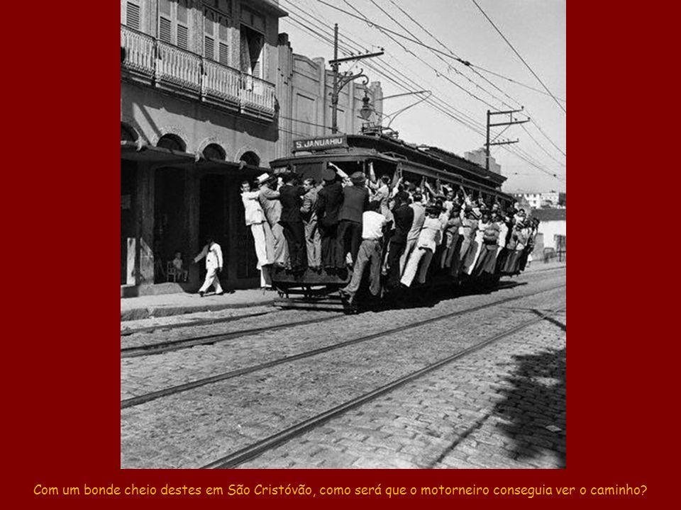 Bonde São Francisco Xavier passando pela avenida Presidente Vargas.
