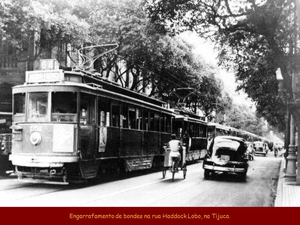 No carnaval, andar de bonde era o maior sufoco. Fonte: site www.bondesrio.com