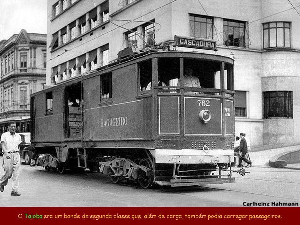 O fiscal fiscalizando num ponto da rua Estácio de Sá, no Estácio. Fonte: site www.bondesrio.com