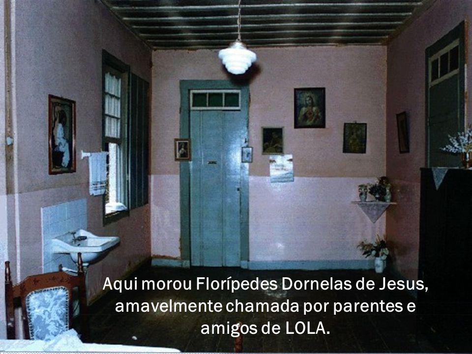 Aqui morou Florípedes Dornelas de Jesus, amavelmente chamada por parentes e amigos de LOLA.