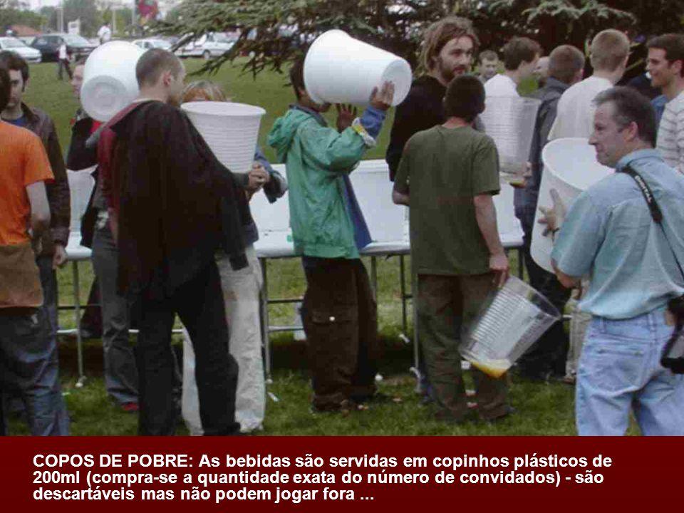 COPOS DE POBRE: As bebidas são servidas em copinhos plásticos de 200ml (compra-se a quantidade exata do número de convidados) - são descartáveis mas não podem jogar fora...