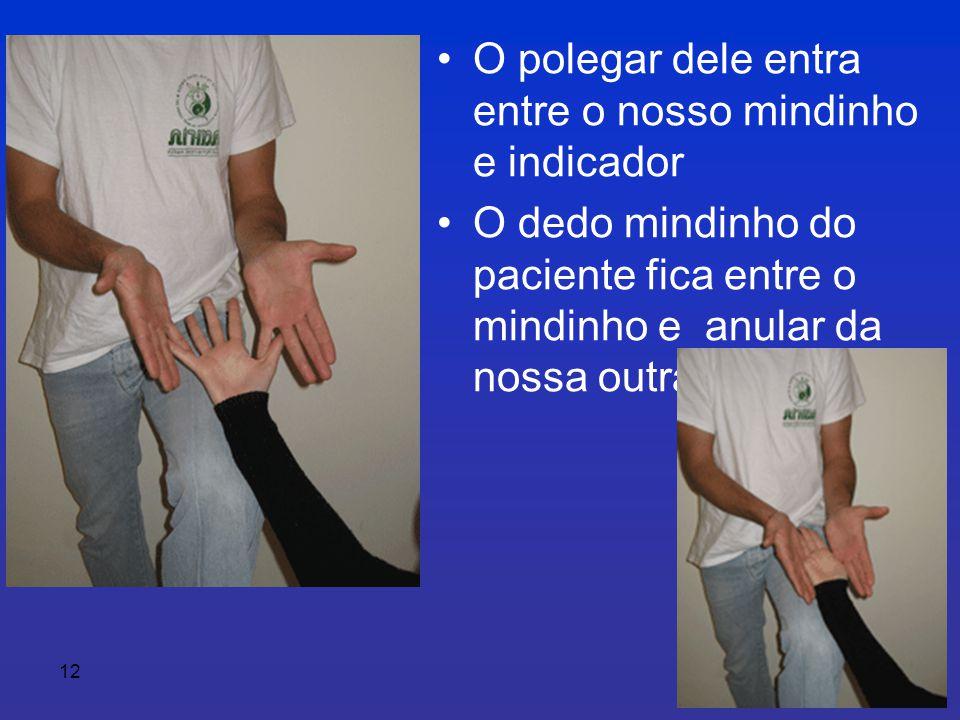 12 •O polegar dele entra entre o nosso mindinho e indicador •O dedo mindinho do paciente fica entre o mindinho e anular da nossa outra mão