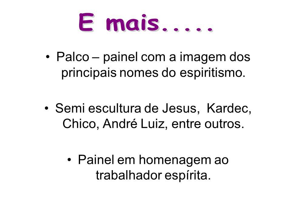 •Palco – painel com a imagem dos principais nomes do espiritismo.