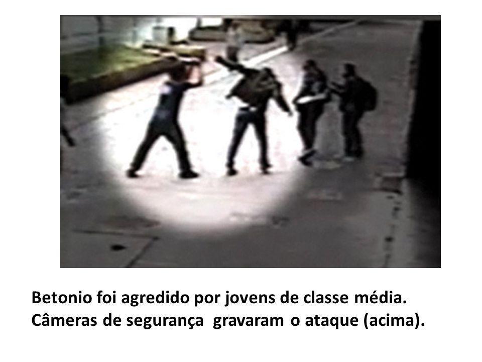 Betonio foi agredido por jovens de classe média. Câmeras de segurança gravaram o ataque (acima).