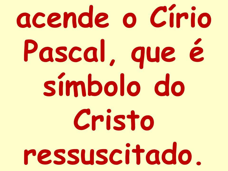 acende o Círio Pascal, que é símbolo do Cristo ressuscitado.