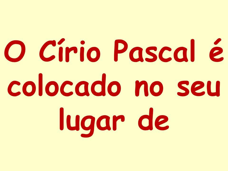 O Círio Pascal é colocado no seu lugar de