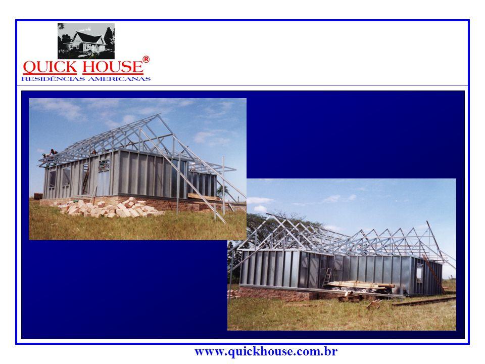 """www.quickhouse.com.br A estrutura do telha- do é executada com perfis """"C"""" de 100 x 40 x 20 x 1,95 mm, com os quais são feitas tesouras simples, u- nin"""