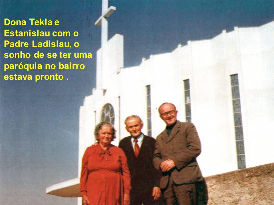 Dona Tekla e Estanislau com o Padre Ladislau, o sonho de se ter uma paróquia no bairro estava pronto.