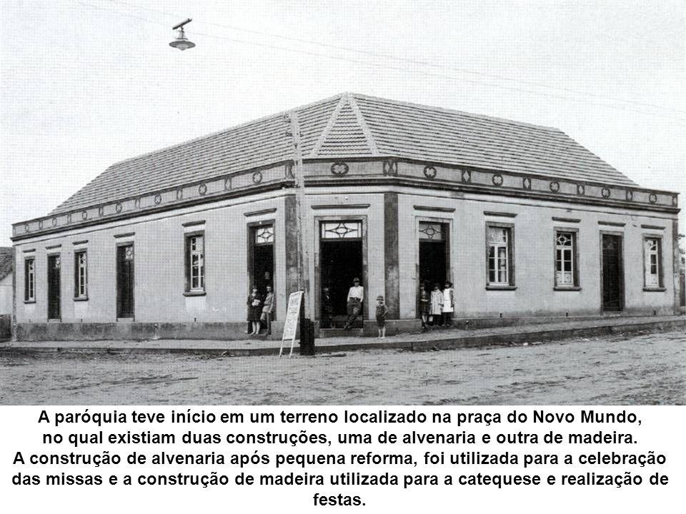 A paróquia teve início em um terreno localizado na praça do Novo Mundo, no qual existiam duas construções, uma de alvenaria e outra de madeira. A cons